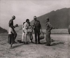 미 제2보병사단 헌병에게 조사를 받는 피란민 가족 1|1951.7.19. NARA 소장, 전갑생 제공