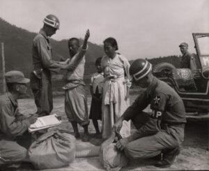 미 제2보병사단 헌병에게 조사를 받는 피란민 가족 2|1951.7.19. NARA 소장, 전갑생 제공