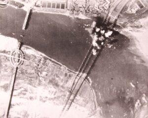 미 공군의 폭격에 의해 파괴되는 한강철교|1950.7.8. NARA 소장