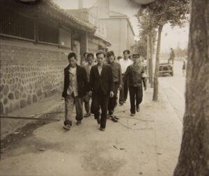 북한에 협력했다는 혐의로 재판을 받기 위해 걸어가는 사람들|1950.9.29. NARA 소장, 전갑생 제공