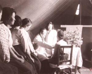 미 제3보병사단 야전응급구호소에서 한국인 의사에게 성병 검진을 받는 '위안부'|1952.8.6. NARA 소장