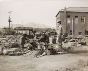 구두수선공이 폐허가 된 서울의 가게에서 다시 사업을 시작한 모습|1950.10.28. NARA 소장