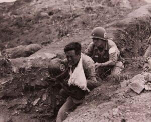 동료 병사에게 업힌 채 후방으로 이송되는 부상병|1952.9.13. NARA 소장
