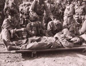 백마고지 전투에서 부상을 입고 후방으로 이송되기를 기다리는 9사단 병사들|1952.10.8. NARA 소장