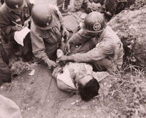 수도고지 전투에서 부상을 입고 응급처치를 받는 병사|1952.9.13. NARA 소장
