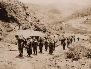 박격포 포탄을 포 진지로 옮기는 한국노무단|1953.5.26. NARA 소장