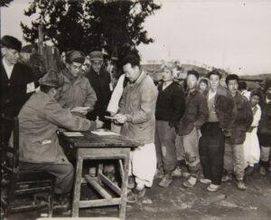일당을 지급받는 노무자들|1951.3.5. NARA 소장