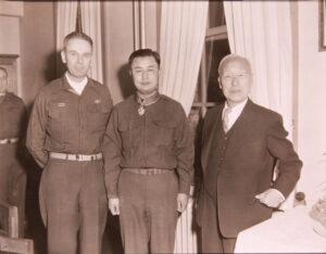 백선엽 육군참모총장에게 미8군사령관 맥스웰 테일러 중장이 훈공장을 수여한 모습|1953.3.26. NARA 소장