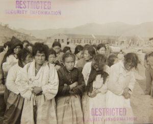 국군 수도사단 임시 수용소에서 빨치산 혐의로 잡혀 온 포로들이 사후 처리를 위해 대기하는 모습|1951.12.10. NARA 소장