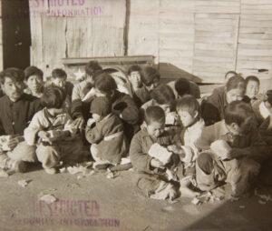 빨치산 토벌 과정에서 잡혀 와 심문을 기다리며 경찰이 준 음식을 먹고 있는 사람들|1951.12.1. NARA 소장