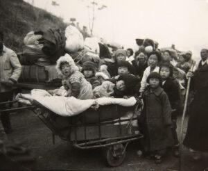 서울에서 남쪽으로 피란을 떠나는 수천 명의 사람들(2)|1951.1.5. NARA 소장, 전갑생 제공