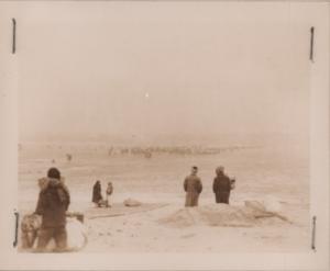 얼어붙은 한강 위를 걸어서 건너는 피란민들의 모습|1951.1. NARA 소장, 전갑생 제공