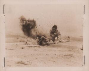 공산군의 도하를 막기 위해 폭파되는 한강의 가설 부교|1951.1.4 NARA 소장, 전갑생 제공