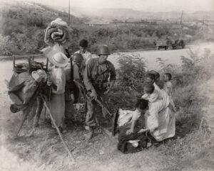 대전에서 피란 나온 남한 여성을 돕고 있는 미군|1950.7.21. NARA 소장, 강성현 제공