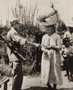 경상남도 함안에서 한 여성의 피란민 증명서를 검사하는 한국 헌병|1950.8.23. NARA 소장