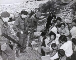 작전 중 체포된 한국 주민을 심문하는 영국 해병대원|1951.5.17. NARA 소장