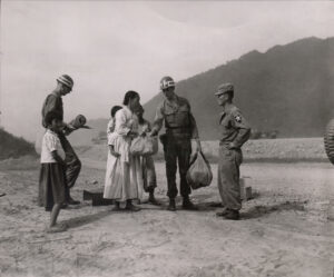 미 제2보병사단 헌병에게 조사를 받는 피란민 가족 1 1951.7.19. NARA 소장, 전갑생 제공