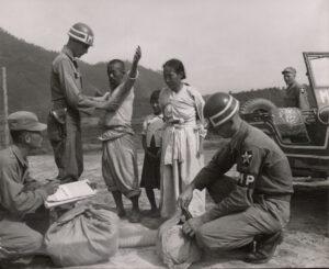 미 제2보병사단 헌병에게 조사를 받는 피란민 가족 2 1951.7.19. NARA 소장, 전갑생 제공