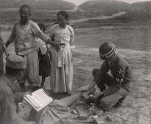 미 제2보병사단 헌병에게 조사를 받는 피란민 가족 3 1951.7.19. NARA 소장, 전갑생 제공