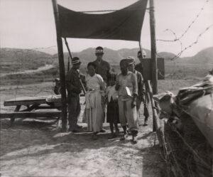 미 제2보병사단 헌병에게 조사를 받는 피란민 가족 4 1951.7.19. NARA 소장, 전갑생 제공