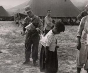 미 제2보병사단 헌병에게 조사를 받는 피란민 가족 5 1951.7.19. NARA 소장, 전갑생 제공