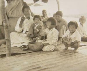주한유엔민간원조사령부에서 배급받은 쌀로 지은 밥을 먹고 있는 피란민 가족|1951.9.11. NARA 소장