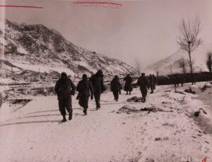 원주 인근, 길가에서 동사한 한국인 가족을 지나치는 미 제2보병사단 9연대 부대원들|1951.1.17. NARA 소장