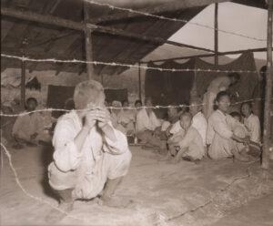 피란민 수용소로 들어가기 전 심문을 받기 위해 대기하고 있는 피란민들|1951.8.26. NARA 소장, 전갑생 제공