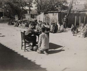 강원도 인제군 진동리에서 생포된 포로를 심문하는 한국군 장교|1950.10.18. NARA 소장