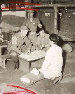 젊은 한국 남성을 심문하는 캐나다 제25보병여단 스미스 상병|1951.10.7. NARA 소장