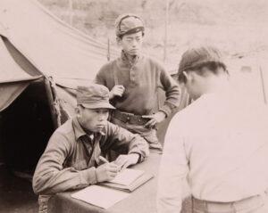 주한유엔민간원조사령부 캠프에서 피란민을 심문하는 한국인 통역관|1951.11.20. NARA 소장