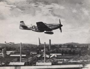네이팜탄을 투하하는 미 제5공군의 F-51 전폭기|1951.9.12. NARA 소장