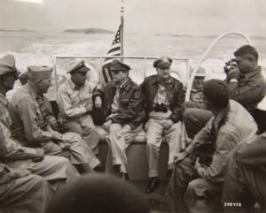 맥아더 유엔군사령관을 비롯한 군 참모들이 인천항의 사전 상륙 지점을 시찰하는 모습|1950.9.15. NARA 소장