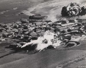 북한 한천 부근의 마을을 네이팜탄으로 폭격한 직후의 모습|1951.6.18. NARA 소장