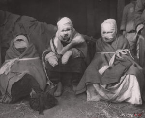 수원의 야전응급구호소. 미군의 네이팜탄 폭격에 의해 화상을 입은 세 명의 여성|1951.2.4. NARA 소장, 전갑생 제공
