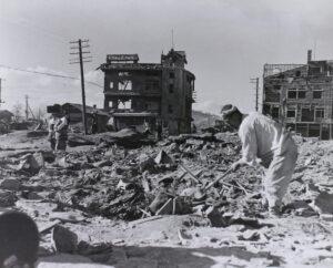 원산. 마을이 '해방'된 후 개인 소지품을 찾기 위해 원산의 잔해를 뒤지는 한국인 남성|1950.11.8. NARA 소장