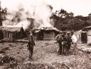인천상륙작전 당시 월미도에 상륙한 해병대원에게 섬의 지형을 설명하고 있는 한 노인|1950.9. NARA 소장
