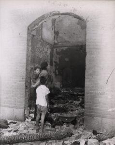 인천상륙작전의 폭격으로 폐허가 된 집을 살펴보는 한 가족|1950.9.16. NARA 소장, 전갑생 제공