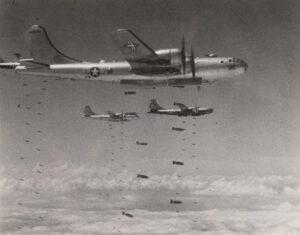 집중 폭격을 시행하는 B-29 중폭격기 편대|1950.8.11. NARA 소장