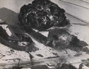 B-26 경폭격기가 투하한 네이팜탄이 폭발하는 모습|1951.2.20. NARA 소장