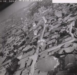 B-26 경폭격기가 투하한 낙하산 폭탄이 떨어지고 있는 모습|1950.7.24. NARA 소장, 강성현 제공