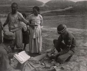 미 제2보병사단 헌병에게 조사를 받는 피란민 가족 3|1951.7.19. NARA 소장, 전갑생 제공