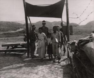 미 제2보병사단 헌병에게 조사를 받는 피란민 가족 4|1951.7.19. NARA 소장, 전갑생 제공