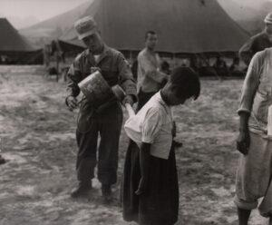 미 제2보병사단 헌병에게 조사를 받는 피란민 가족 5|1951.7.19. NARA 소장, 전갑생 제공